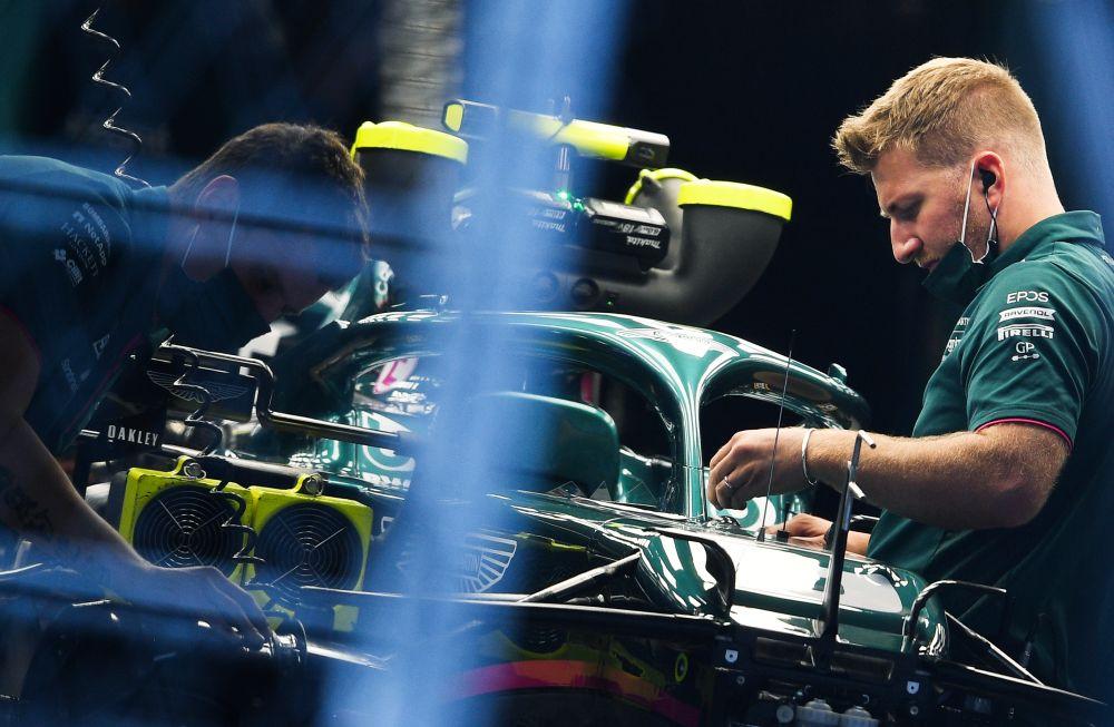 Механики команды Aston Martin Cognizant F1 Team в паддоке трассы «Сочи Автодром» перед началом этапа чемпионата мира по кольцевым автогонкам в классе «Формула-1» — Гран-при России в Сочи