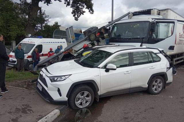 На трассе Киев-Чоп столкнулись 4 автомобиля: есть пострадавшие.