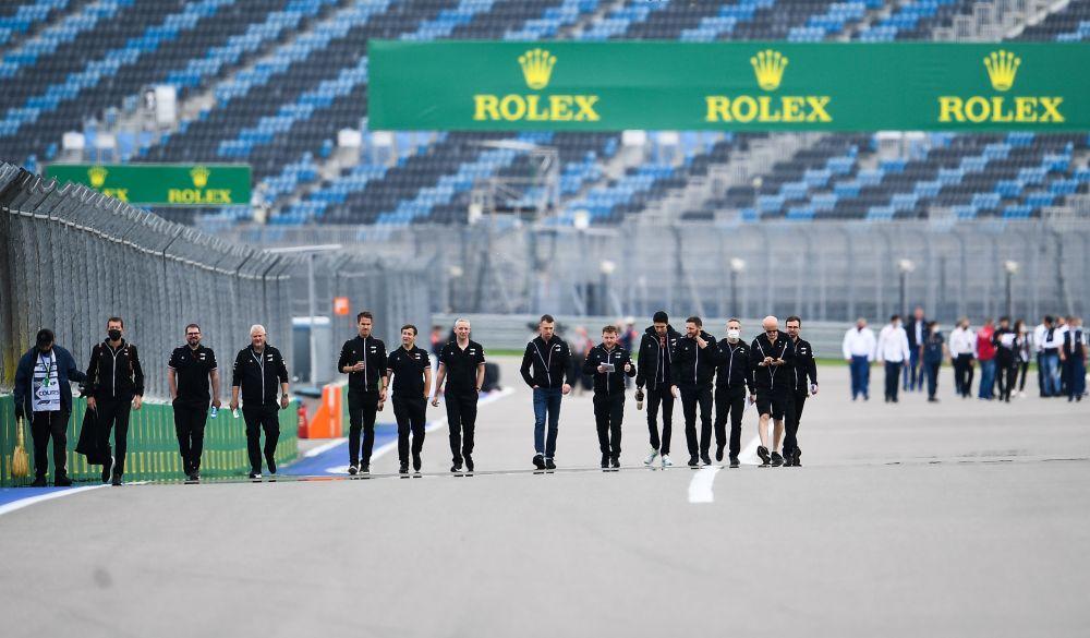 Члены команды Alpine F1 Team обходят трассу перед началом этапа чемпионата мира по кольцевым автогонкам в классе «Формула-1» — Гран-при России в Сочи