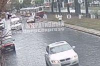 В центре Днепра машина сбила пенсионерку, отбросив ее прямо под трамвай
