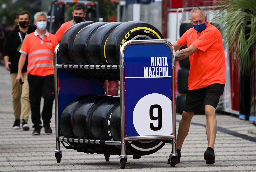 Механик команды Haas в паддоке трассы «Сочи Автодром» перед началом этапа чемпионата мира по кольцевым автогонкам в классе «Формула-1» — Гран-при России в Сочи