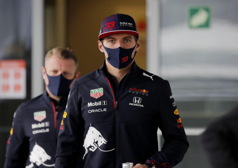 Пилот команды Red Bull Макс Ферстаппен перед началом этапа чемпионата мира по кольцевым автогонкам в классе «Формула-1» — Гран-при России в Сочи