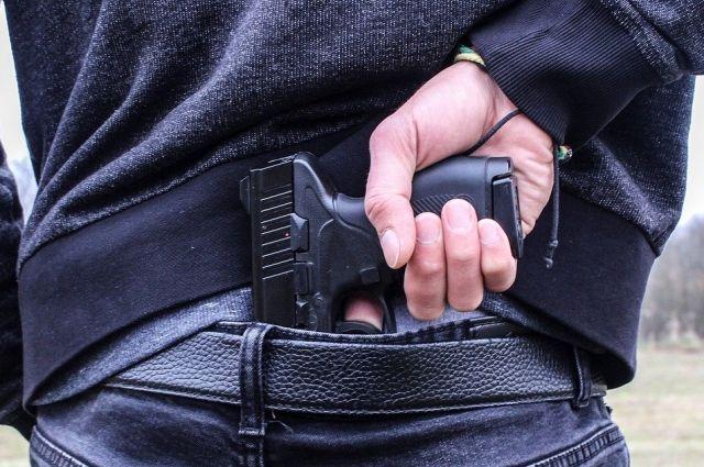 В УМВД опровергли информацию из соцсетей о задержании мужчины с пистолетом во дворе гимназии №6 Оренбурга.