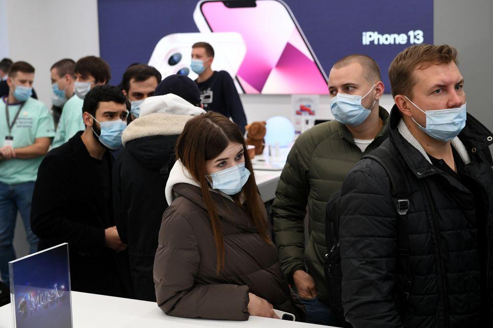 Покупатели в очереди в магазине re:Store на Тверской улице