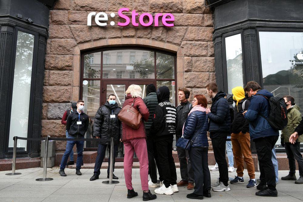Очередь у входа в магазин re:Store на Тверской улице в Москве, где 24 сентября начались продажи устройств нового семейства iPhone 13