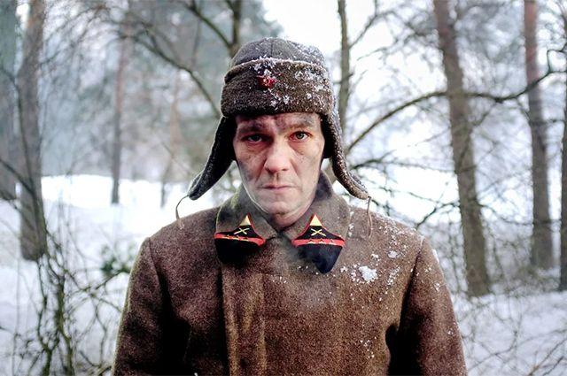 Филипп Янковский блестяще сыграл Ивана Денисовича, начиная с образа молодого бойца-героя и переходя к сломленному заключенному, превратившемуся всего за 10 лет практически в старика