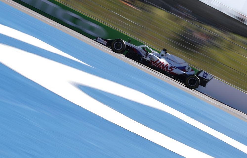 Российский пилот команды Uralkali Haas F1 Team Никита Мазепин во время свободного заезда на российском этапе чемпионата мира по кольцевым автогонкам в классе «Формула-1» Гран-при России в Сочи