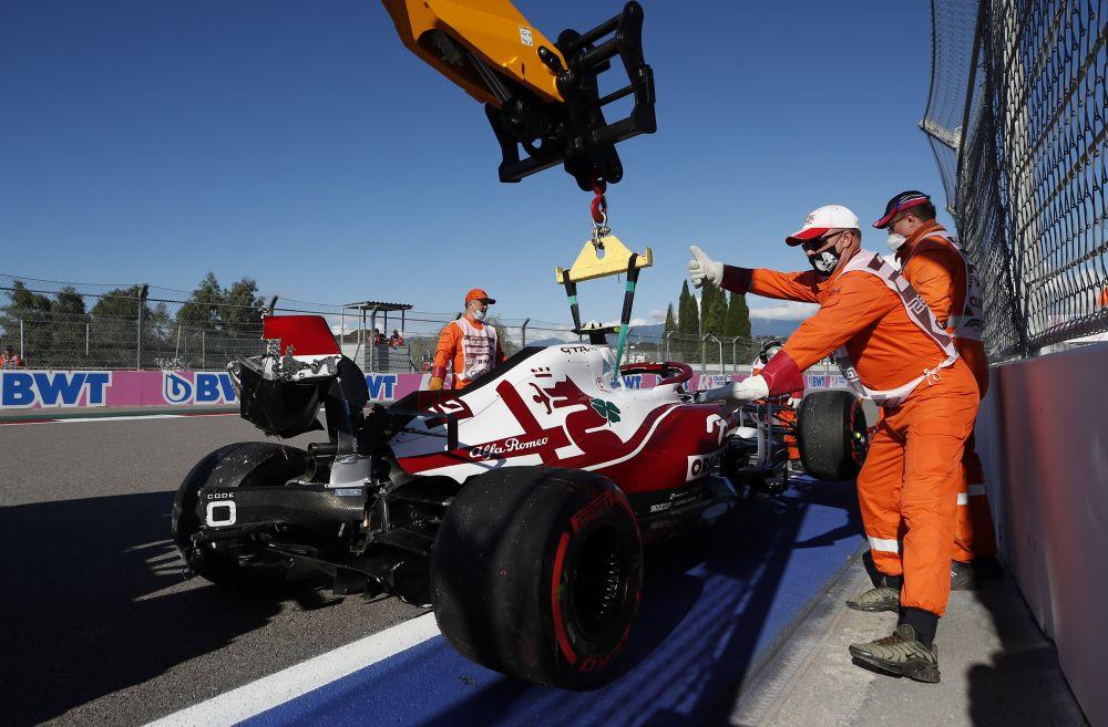 Итальянский пилот «Альфа Ромео» Антонио Джовинацци на девятом повороте трассы врезался в отбойник и сломал анти-крыло болида во время второй практики «Формула-1»