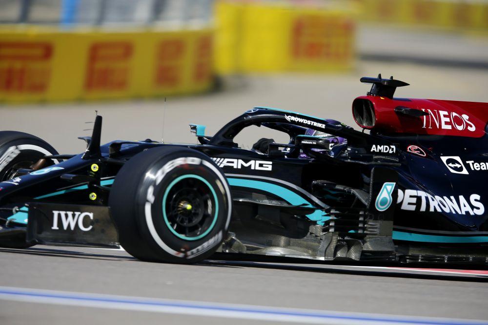Пилот команды Mercedes AMG Petronas Льюис Хэмилтон во время свободного заезда на российском этапе чемпионата мира по кольцевым автогонкам в классе «Формула-1» Гран-при России в Сочи