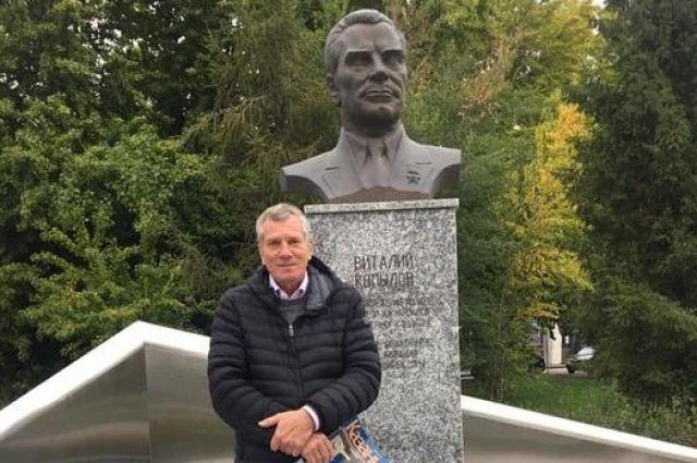 Сын легендарного директора казанского авиазавода Виталия Копылова впервые увидел памятник своему отцу в Казани.