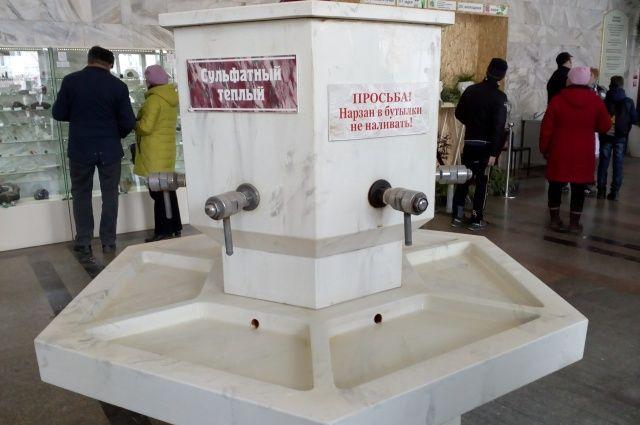 Спеациалисты следят, чтобы ни предприятия в зоне горно-санитарной охраны, ни состояние минералопроводов не влияли на качество лечебной воды