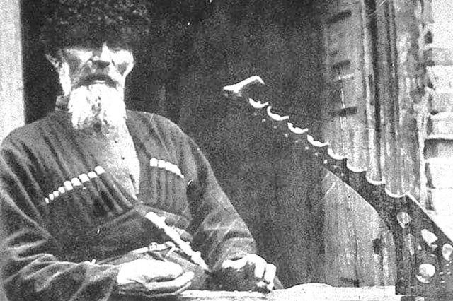 Фотографии сказителей с осетинской арфой сохранились в архивах фольклористов
