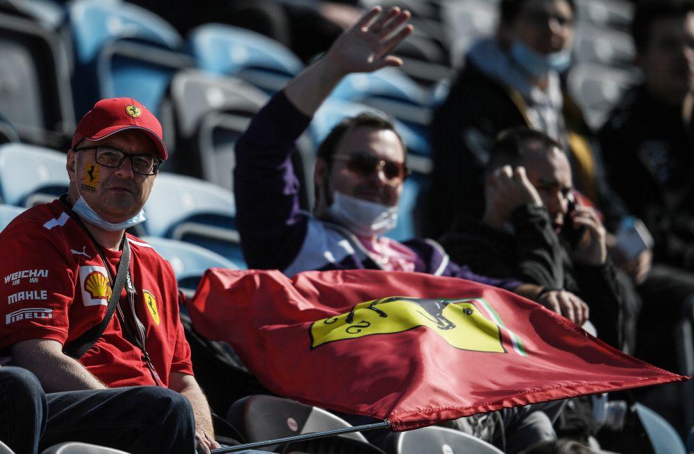 Болельщики команды Scuderia Ferrari во время свободного заезда на российском этапе чемпионата мира по кольцевым автогонкам в классе «Формула-1» Гран-при России в Сочи