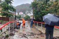 Последствия непогоды в Сочи ликвидируют 150 человек.