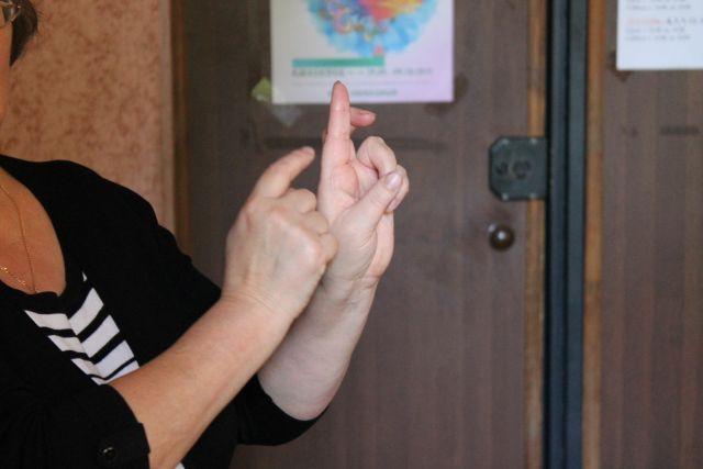 В школах, где изучают жестовый язык, слабослышащие дети лучше усваивают программу.