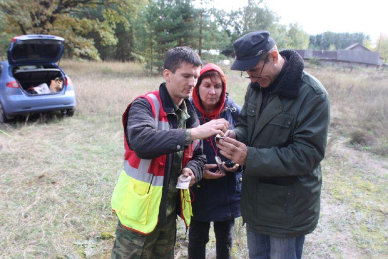 Руководитель поисково-спасательного отряда «Черноземье» Борис Неупокоев показывает, как пользоваться компасом