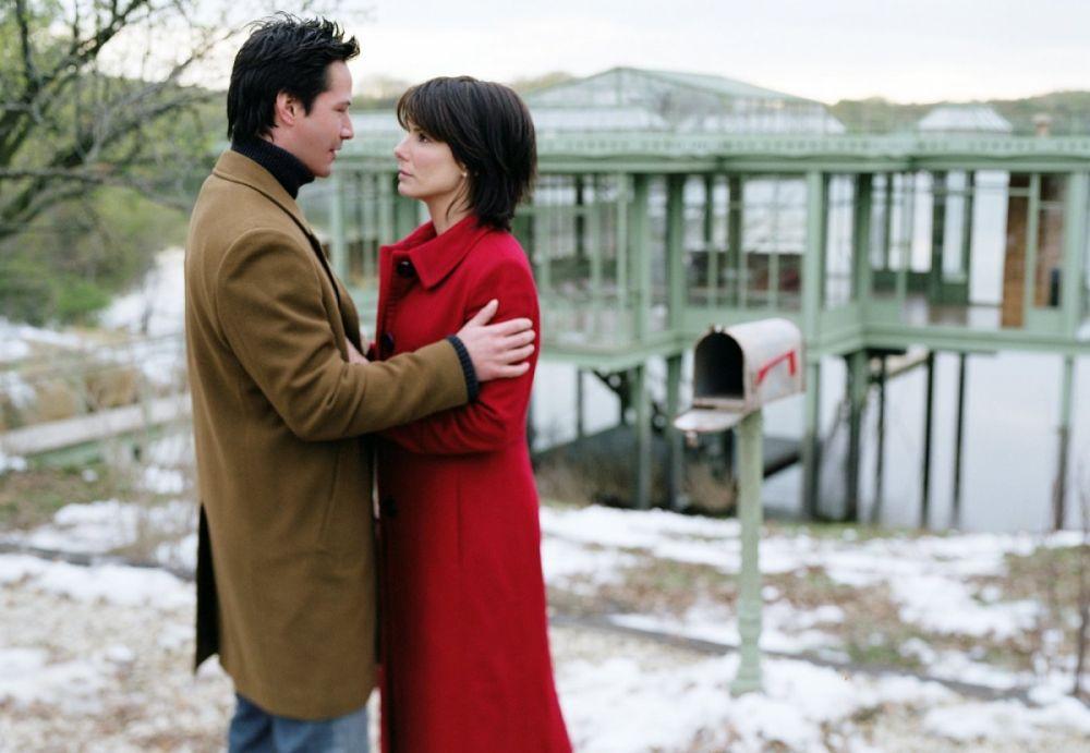 Киану Ривз и Сандра Буллок в фантастической мелодраме «Дом у озера» (2006) о любви вне времени и пространства