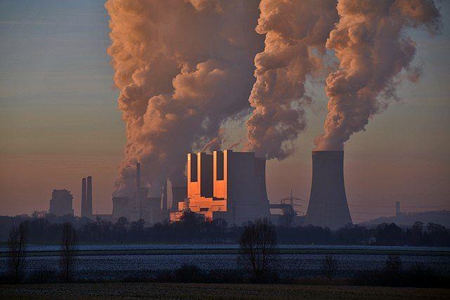 Тепловая электростанция «Нойрат» (Kraftwerk Neurath) в Гревенбройхе, Северный Рейн-Вестфалия, Германия. В качестве топлива использует бурый уголь, который доставляется по железной дороге из карьеров Рейнского угольного бассейна.