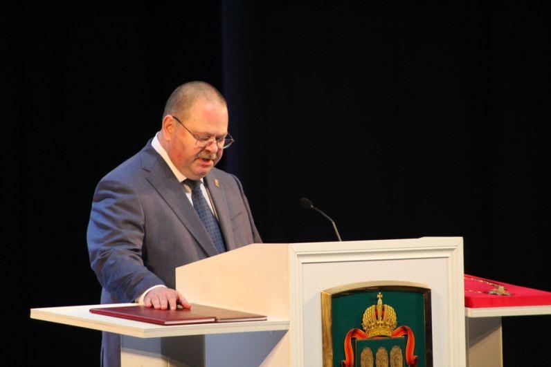Олег Мельниченко принимает присягу.