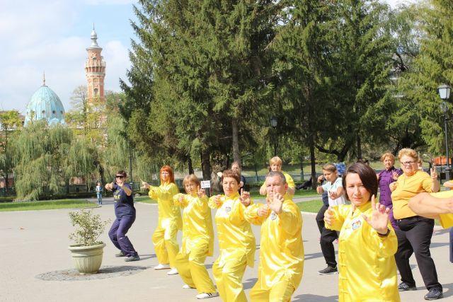 Поклонников китайской гимнастики сегодня можно встретить и в парках Владикавказа