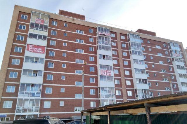 Жильцы близлежащих домов разместили на своих балконах баннеры с протестными лозунгами. Услышат ли людей власти?