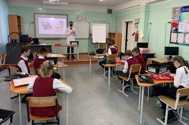 На протяжении двух недель наставники и педагоги занимаются со школьниками.