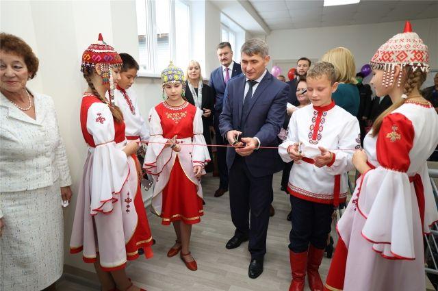 Вместе с будущими читателями глава республики Олег Николаев открывает пятую по счёту библиотеку нового поколения.