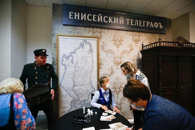 Здесь можно было подписать открытку с фотографиями старины, проштемпелевать её и отправить в любой уголок страны.