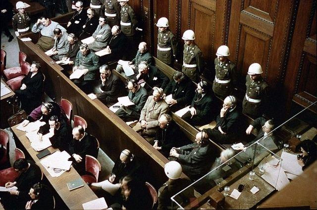 Обвиняемые на скамье подсудимых на суде Международного военного трибунала над военными преступниками в Нюрнберге. Среди них: Герман Геринг, Рудольф Гесс, Иоахим фон Риббентроп, Вильгельм Кейтель, Карл Дёниц, Эрих Редер, Бальдур фон Ширах, Фриц Заукель. Ноябрь 1945 г.