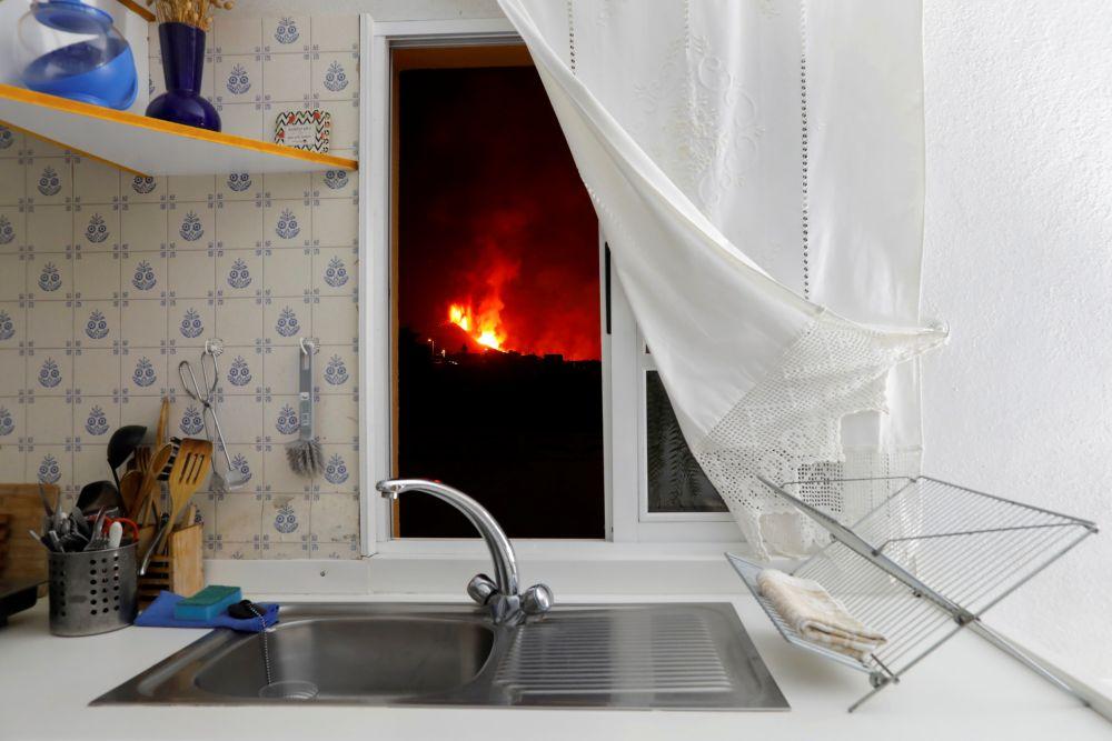 После извержения вулкана, начавшегося 19 сентября, на острове Пальма эвакуированы около шести тысяч человек