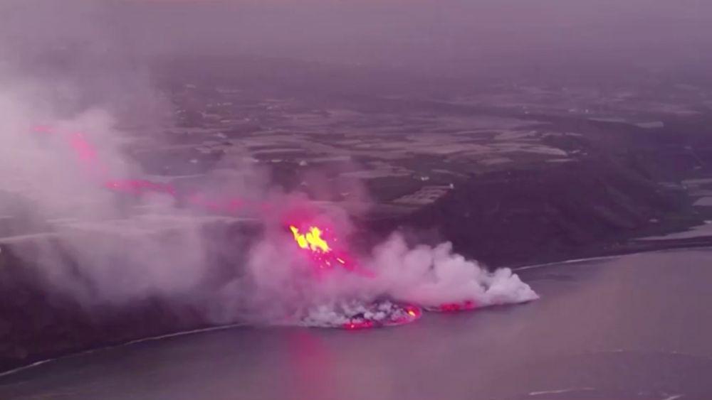 Лава от извергающегося вулкана на острове Пальма достигла Атлантического океана