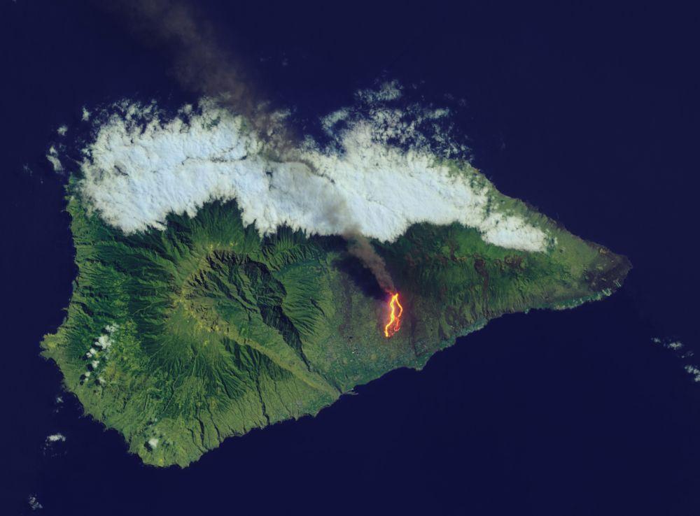Извержение  вулкана Кумбре-Вьеха, расположенного на острове Ла Пальма (Канарские острова, Испания), началось 19 сентября 2021 года в 15:12 по местному времени. Фотография вулкана на острове Пальма была сделана 26 сентября 2021 года спутником Landsat 8