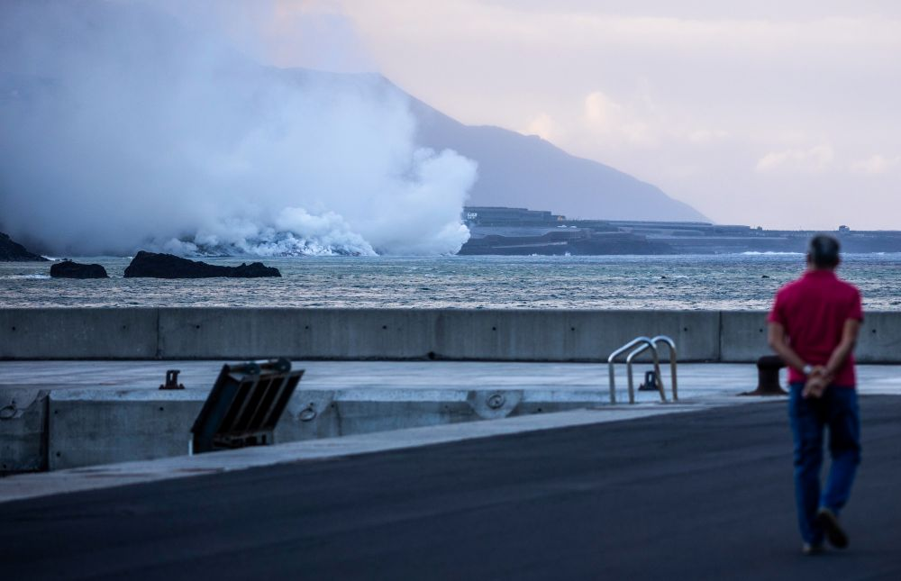 Извержение вулкана Кумбре-Вьеха на острове Пальма в Испании