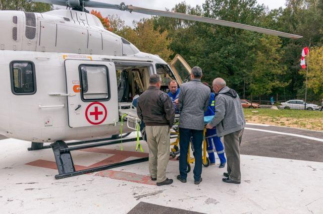 Снаряжение вертолёта позволяет быстро и бережно эвакуировать пациентов в больницу.