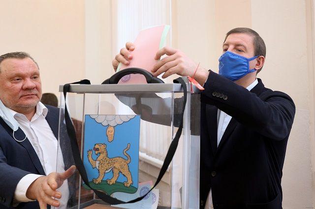 Благодаря предварительным договоренностям партийцев голосование по ключевым вопросам работы нового созыва собрания прошло без сюрпризов.