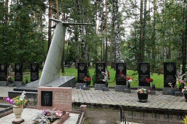 Мемориал погибшим на борту пассажирского самолета Ту-154, который уничтожили украинские военные 4 октября 2001 года (Заельцовское кладбище в Новосибирске).