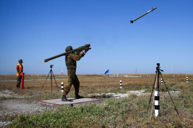 Военнослужащий стреляет из ПЗРК «Игла-М» на полигоне Ейский в Краснодарском крае.