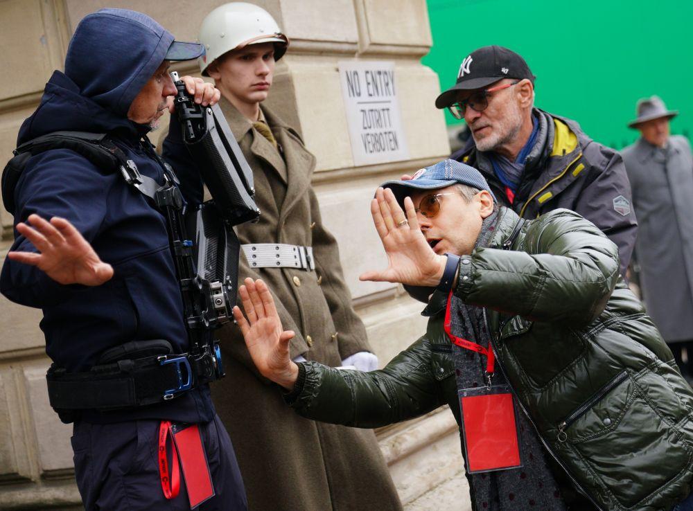 Режиссёр Николай Лебедев (справа) во время съёмок исторического фильма «Нюрнберг»