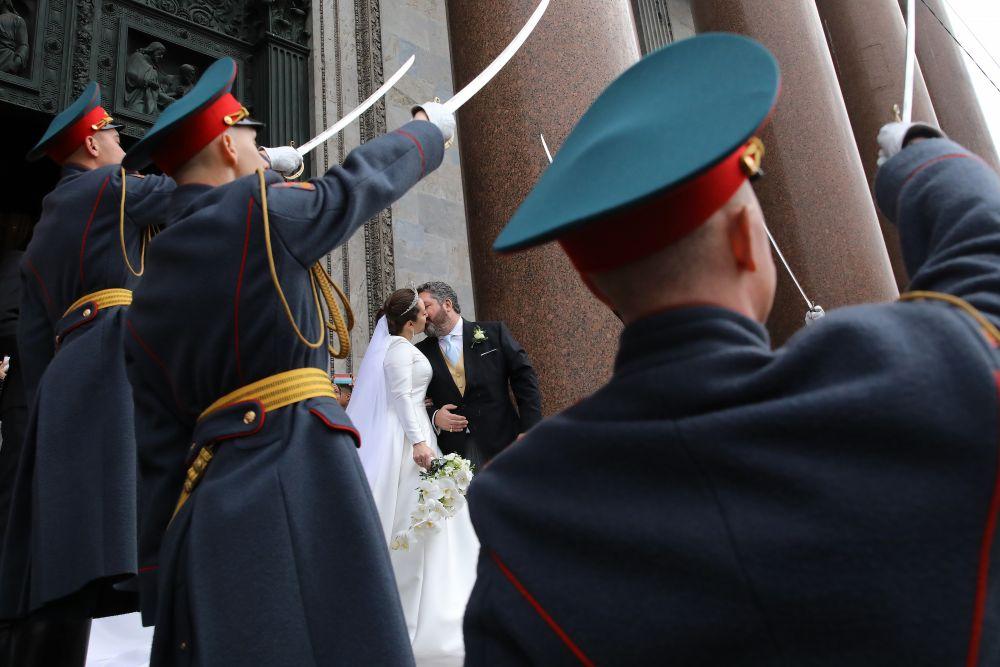 Новобрачных на выходе из Исаакиевского собора встречали гвардейцы Преображенского полка и зрители