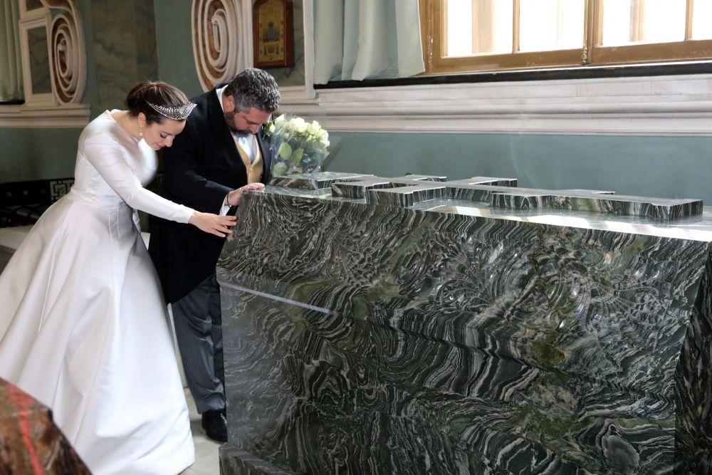 После венчания они направились Петропавловский собор, чтобы возложить цветы к могилам предков жениха