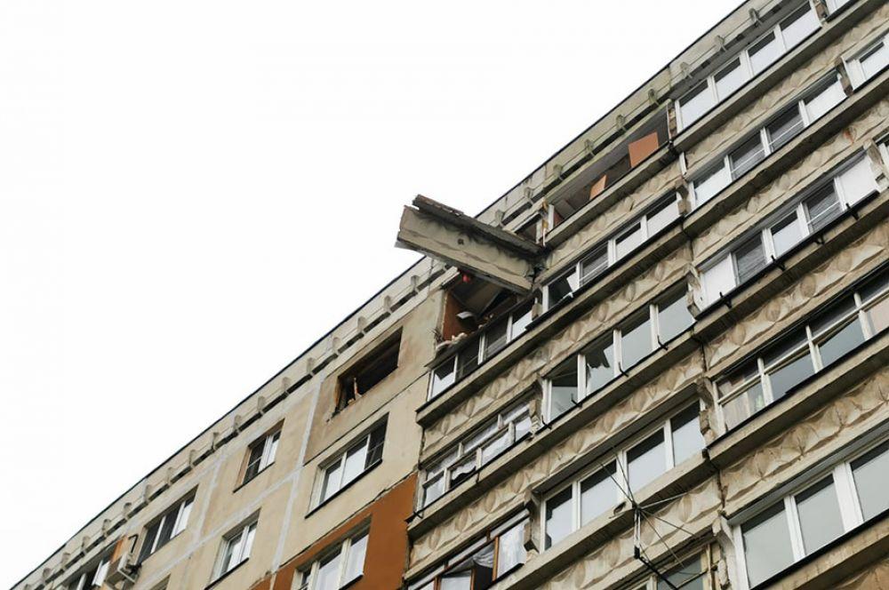 В результате хлопка обрушился балкон, разрушены межтамбурные перекрытия.