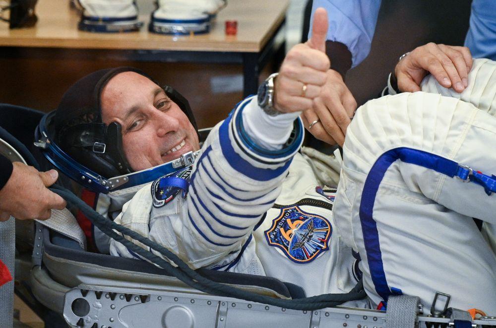 Член основного экипажа 66-й экспедиции на Международную космическую станцию космонавт Антон Шкаплеров во время облачения в скафандр перед стартом космического корабля