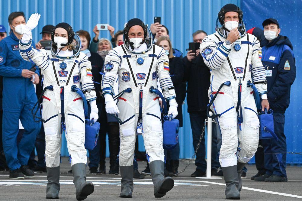 Члены основного экипажа 66-й экспедиции на Международную космическую станцию актриса Юлия Пересильд, космонавт Антон Шкаплеров и режиссёр Клим Шипенко перед стартом космического корабля