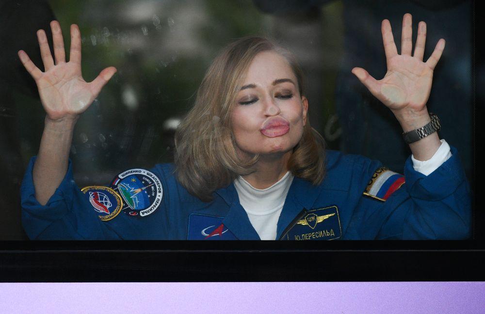 Член основного экипажа 66-й экспедиции на Международную космическую станцию актриса Юлия Пересильд прощается из автобуса с провожающими перед стартом космического корабля