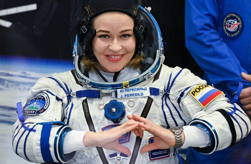 Член основного экипажа 66-й экспедиции на Международную космическую станцию актриса Юлия Пересильд во время облачения в скафандр перед стартом космического корабля