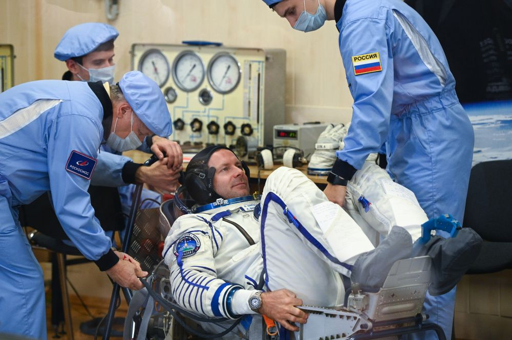 Член основного экипажа 66-й экспедиции на Международную космическую станцию режиссёр Клим Шипенко во время облачения в скафандр перед стартом космического корабля