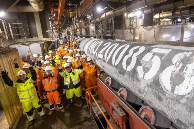 Специалисты трубоукладочной баржи «Фортуна» упоследней сваренной трубы под номером 200858 второй нитки газопровода «Северный поток— 2» перед погружением еёнадно Балтийского моря.