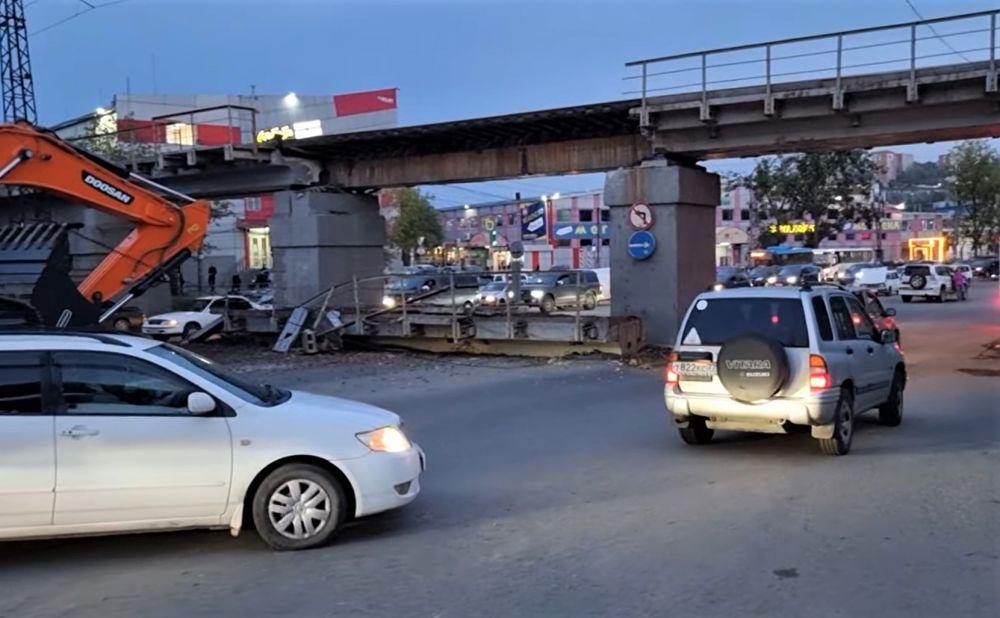 Железнодорожный мост обрушился 4 октября после ДТП с большегрузом
