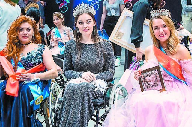 Победительница конкурса красоты «Невская краса – 2020» Есения Лопатина (в центре).