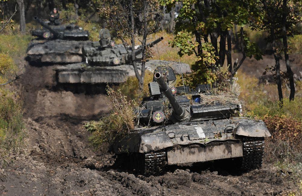 Танки Т-80 во время учений Тихоокеанского флота на полигоне Клерк в Приморском крае